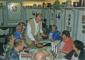 Gastgeber Bernd Adam serviert den ersten Gang des Reussischen Menüs