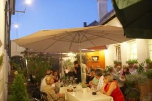 Ein Sommerabend an der Deutschen Weinstraße (Quelle: Dieth & Schröder)