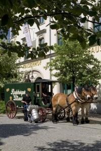 Radeberger Kutsche bei Belieferung des Radeberger Brauerei-Ausschanks im Kaiserhof (Quelle: HOGA SPORT)