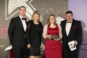 Von links nach rechts: Duncan Ackery (FCSI UK),Christina Warter, Jasmin Eitzenberger, Martin Rahmann (Präsident FCSI EAME)