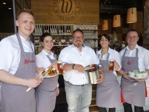 v.l.n.r. Küchenchef Thomas Kian-Zenker (31), Nancy Schmidt (22), Andreas Artur Sauer (Chef), Barchefin Sindy Falcon (26) und Restaurantleiter Martin Reeck (32) (Foto: MEDIENKONTOR)