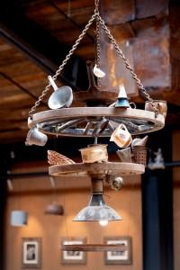 """Alltem einen neuen Sinn geben. Ein Kronleuchter in """"Friedas Hof-Küche""""  (Foto: Karls Markt OHG)"""