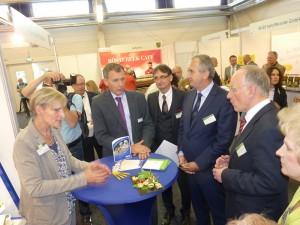 Foto zeigt: Erik Lehmann von Käse Lehmann Leipzig (mit lila Krawatte), rechts daneben Axel Hüpkes (Vizepräsident DEHOGA Sachsen) und noch eins weiter rechts Sachsens Landwirtschaftsminister Thomas Schmidt (Bildquelle: MEDIENKONTOR)