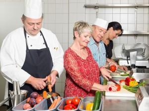 Küchenchef Micheal Wolfram lehrt die Gäste in individuell zugeschnittenen Kochkursen für sechs Personen auch zuhause auf hohem Niveau zu kochen. Copyright: ambiente Wellness Hotel group GmbH & Co. KG.