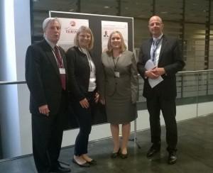 Vorstellung der Forschungsergebnisse bei der Internationalen Konferenz in Wien (Von Links nach Recht: Jasmin Gütermann, Christina Warter, Prof. Dr. Wetzel, Prof. Dr. Mair von der FH Wien)